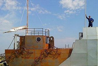 Le petit bateau qui a des jambes. Compagnie le sablier. Le camion transporte son propre habillage pour se transformer en bateau. Scénographie Eric Charbeau et Philippe Casaban.