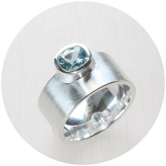 Bild: Ring mit Turmalin, Drahtwicklung in Silber als Ring gearbeitet,Schmuck aus Flensburg von Andrea Hildebrandt