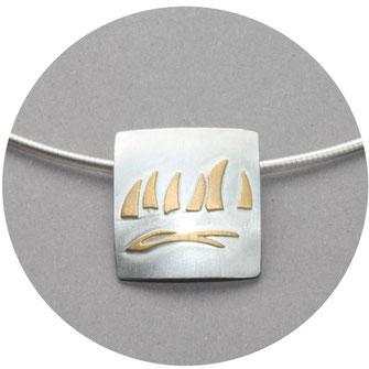 Bild:Maritimer Schmuck,Koordinatenanhänger aus Silber,runde Platte mit Koordinatenstern und Himmelsrichtungen,Hehämmert und leicht geschwärzt,Öse am oberen Rand