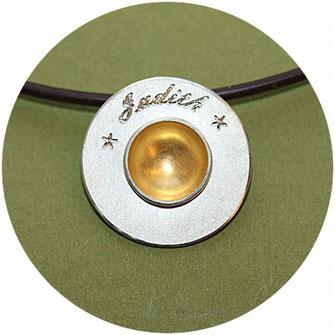 Bild:Taufanhänger,kleine Taufschale,Silberscheibe 1,8mm,in der Mitte ist eine Schale eingelassen welche mit Gold ausgelegt ist,Über der Schale ist eine Gravur möglich,die Öse ist hinter dem Anhänger angebracht