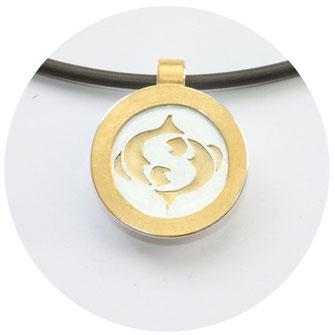 Bild:Sternzeichen Jungfrau,2cm groß,rund,aus der Silberfläche ist eine Jungfrau ausgesägt und mit Gold hinterlegt,ein extra Goldrand ist aufgesetzt und wirkt wie ein Bilderrahmen,Öse am oberen Rand angebracht
