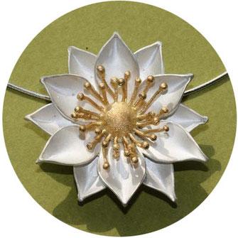 Bild:  Blüten Anhänger aus Silber, Schmuck aus Flensburg von Andrea Hildebrandt