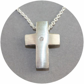Bild:Kreuzanhänger,zwei gewölbte Kreuzflächen zusammen gelötet,ein Brillant ist in der Mitte eingearbeitet,die Kette verläuft zwischen den beiden Flächen,925Silber,2cm