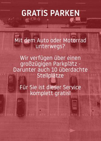 Mit dem Auto oder Motorrad  unterwegs?  Wir bieten einen großzügigen Parkplatz an - Darunter auch 10 überdachte Stellplätze und das komplett gratis!