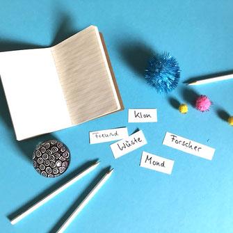 Zettelchen mit Reizwörtern für eine Schreibwerkstatt