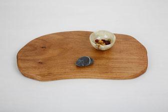 Holzbrett aus Walnuss mit weichen ungleichmäßig geformten Kanten