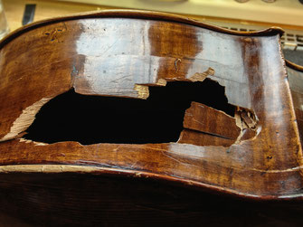 Violoncello mit stark beschädigter Oberbugzarge