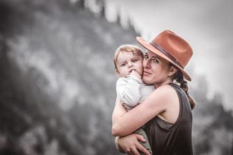 Mutter mit Hut hält ihr Baby festgehalten von der Familien Fotografin Monkeyjolie in der Ostschweiz