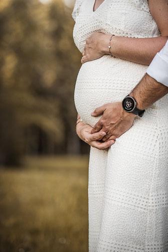 Schwangerschafts Shooting Profilbild im weissen Spitzenkleid fotografiert von der Familien Fotografin Monkeyjolie