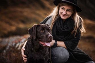 Schoko Labrador in der Heidemit seiner Besitzerin fotografiert von der Ostschweizer Hunde Fotografin Monkeyjolie