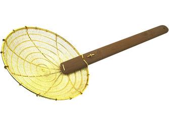 Traditioneller Frittiersieb aus Asien. Mit großem Messingsieb und fein verflochtenem Sieb. Langer Bambusgriff.