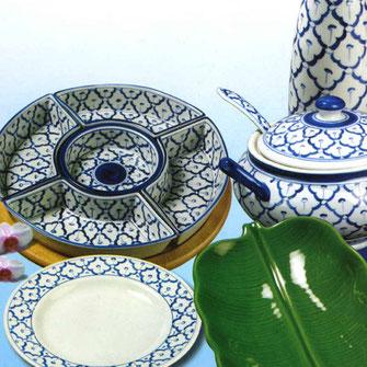 Thailändisches Porzellan mit besonderem blau-weiß Ananas Blumenmotiv.