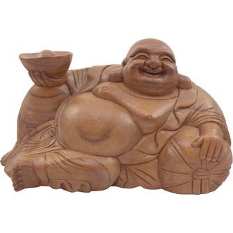 Liegender Buddha mit antikem chinesischen Goldbarren in seiner rechten Hand aus massivem Holz steht für Wohlstand