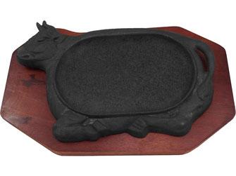 Servieren Sie Ihre Speisen auf einer heißen Platte, damit es lange warm bleibt! Die Gusseisen-Platte mit Stier-Motiv eignet sich für alle Fleisch-Gerichte.