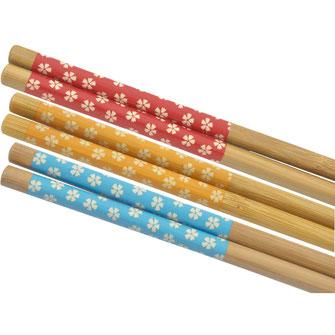 Bei uns finden Sie eine große Auswahl an günstigen Einwegstäbchen, wiederverwendbare Bambus- oder Plastikstäbchen und bunte Lernstäbchen für die Kinder.