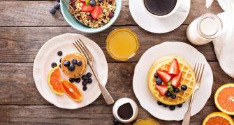 Frühstückstisch mit diversen Köstlichkeiten
