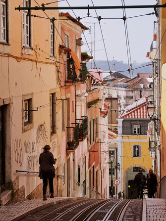 Another view of Rua da Bica de Duarte Bello