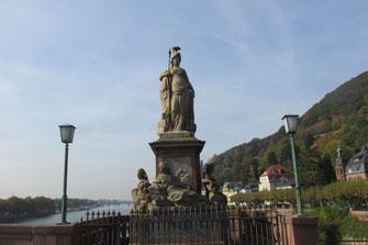 """Dieses Foto zeigt die Statue der Minerva mit Eule auf der """"Alten Brücke"""" in Heidelberg."""