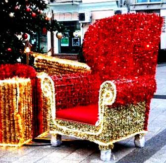Dieses Foto zeigt einen prächtig dekorierten Stuhl auf dem Weihnachtsmarkt von Swinemünde.