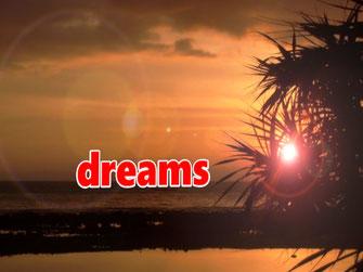 """Ein Sonnenuntergang in den Tropen. Die Aufschrift """"dreams"""" lädt ein zum Träumen von der Insel Maratonga aus dem gleichnamigen Schlager."""