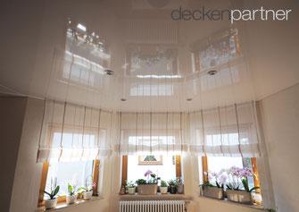 Wohnzimmer mit Lackspanndecke und LED-Lichtkanal aus der CILING-Produktwelt Ofersheim bei einem Kunden in 69231 Rauenberg