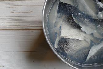 Peaux de saumon trempant dans un bain de tanins