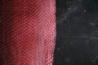 détails du motif écailles d'un cuir de saumon fuchsia, teint à la cochenille