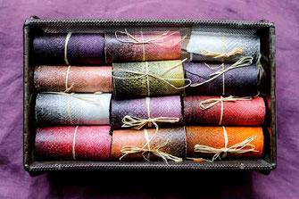 Cuirs de saumon de multiples couleurs roulés et rangés dans un panier