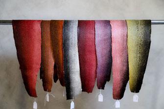 Cuirs de saumon colorés alignés sur une barre