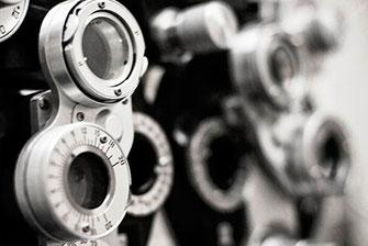 De opticien van Blincq Optiek verzorgt vakkundige oogmetingen
