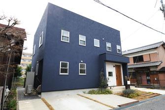 シンプルな塗り壁の家