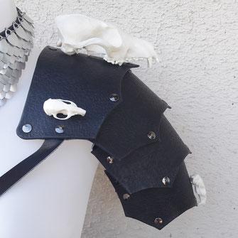épaulière cuir avec crânes paraphernalia création