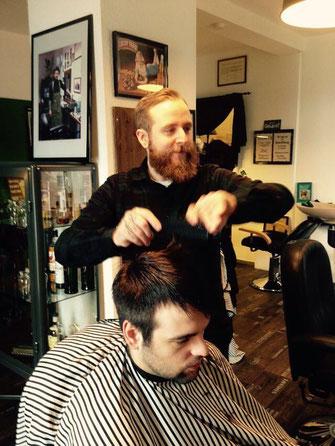 Barbier Sven Taubert in Aktion in Taubert's Haar und Bartschneiderei Friseur Bissendorf/ Wedemark