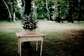 Freie Trauung in Tiste beim Klostergut Burg Sittensen mit fotografin Vanessa Teichmann Samuelsen und der rednerin Jasmin Rathke von Trauzucker aus Hamburg. Sommer 2018 Hochzeit Vintage Wedding Wegweiser bunte blumen tisch