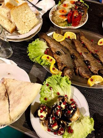 Das Essen war wie gewohnt, Georgisch, local eingekauft und lecker. © Florian Birnkammer.