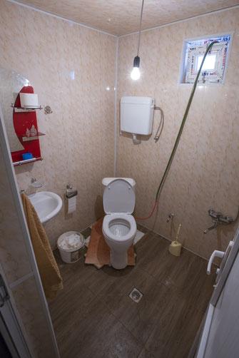 Nachdem die Toilette am Boden festgefroren war, hat sie auch nicht mehr gewackelt. ©whitehearts.de