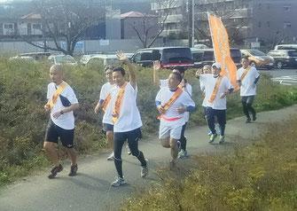 平井竜一逗子市長がオレンジリボンたすきリレーに参加