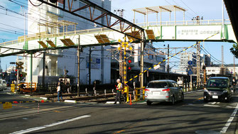 強風で遮断機が折れ曲がったJR逗子駅金沢踏切
