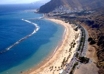 Ein Blick von oben auf San Andres und dem Strand Las Teresitas                  Jetzt 5 Monate autark mit einer REUSOLAR Solaranlage mit allem Komfort leben