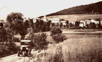 Le Gite de Giron dans l'Ain, vue de la maison en construction vers 1930. Au premier plan une Peugeot 190S