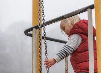 Kinderfoto draußen im Nebel