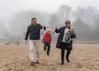 Familienfoto draußen im Nebel