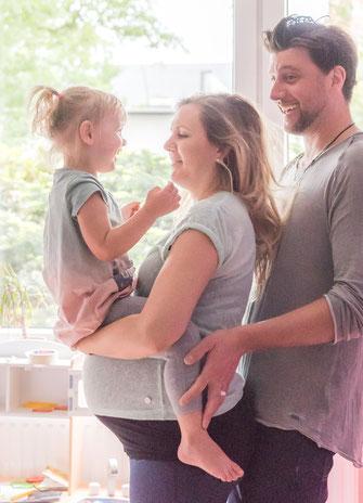 Babybauch Shooting zu Hause mit Kleinkind