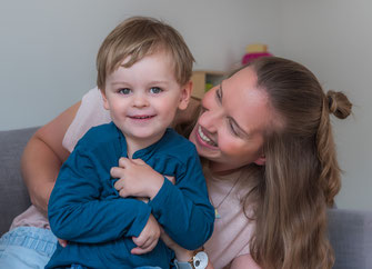 Familienfoto zu Hause - Mama und Sohn