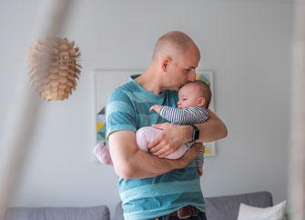 Familienfoto zu Hause - Papa und Tochter