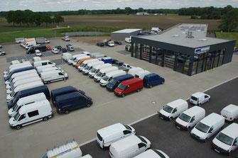 Autohaus mit Transporter und Nutzfahrzeuge