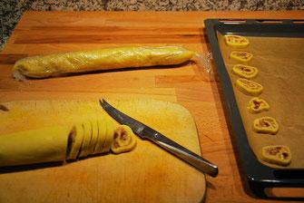 Keksrolle in Scheiben schneiden