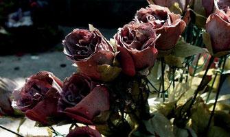 roses-fleurs-artificielles-marbrerie-orangeoise