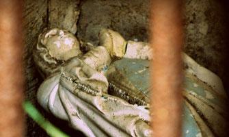 statue-chapelle-cimetiere-marbrerie-plaque-funeraire