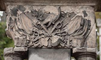 casque-empire-sabre-militaire-drapeau-francais-colonne-funebre